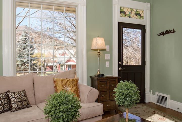 Beautiful Victorian Home in Downtown! Walk to Pool