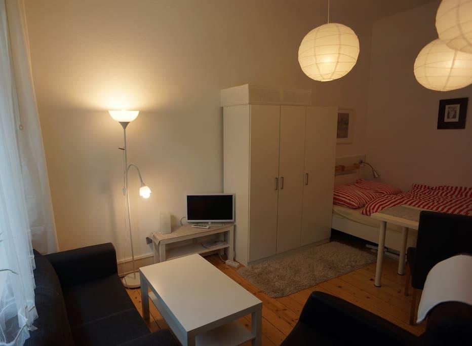 Doppelbett, Schrank, Sofa, TV
