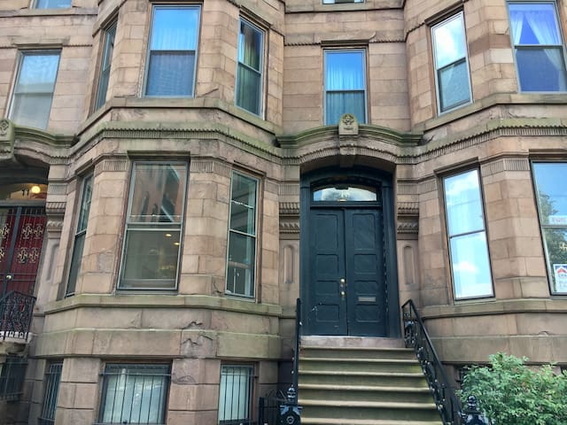 Modern brownstone condo in heart of downtown