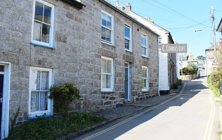 Cobbles Loft, Mousehole - GREAT LOCATION