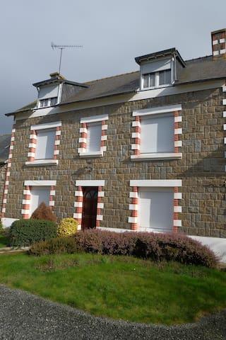 Grande maison avec cour fermée à 4 kms de la mer - Coëtmieux - Byt