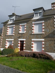 Grande maison avec cour fermée à 4 kms de la mer - Coëtmieux