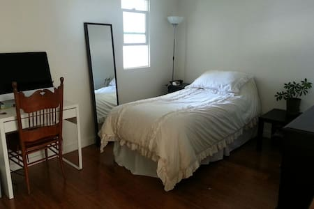 Cute private room for 1 with bthr