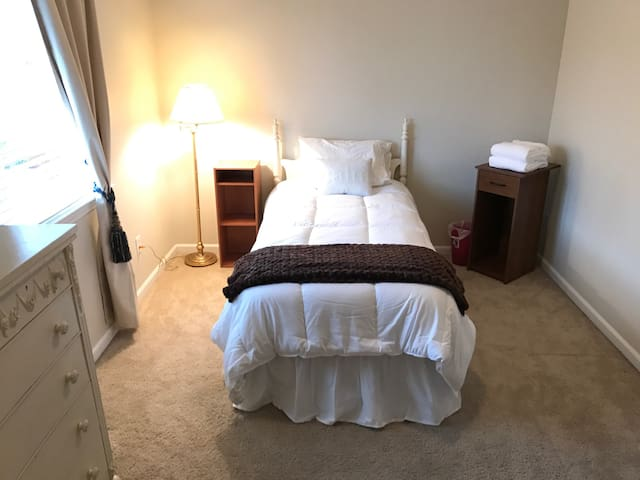 Cute Single Room in Townhome Twin Beds - Redding - Adosado