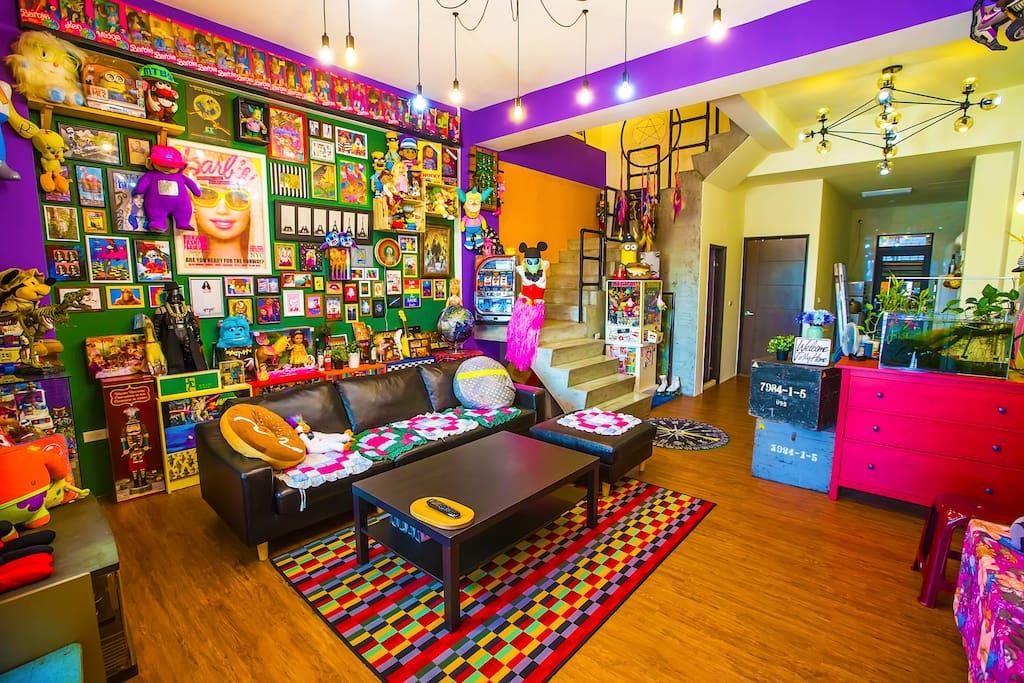 豐富色彩的客廳,許多古董芭比的收藏等你來品嚐