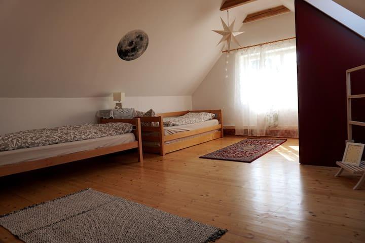 Schlafzimmer 3 mit einem Einzelbett und einem ausziehbaren Doppelbett