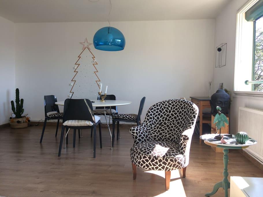 Séjour côté salle à manger et petit espace bureau
