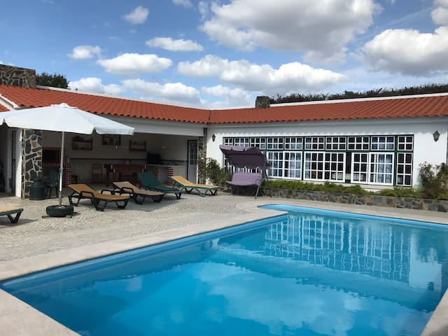 Espaço para máx 8 pessoas em casa com piscina