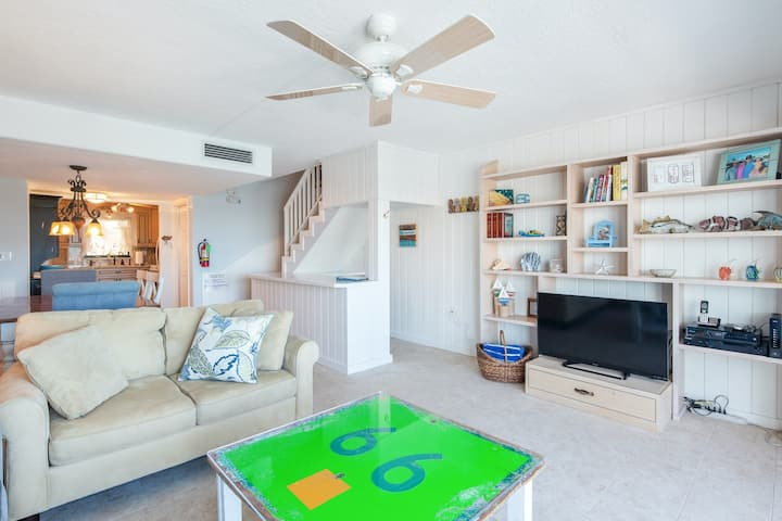 New listing! Bayfront townhouse in yacht club w/ shared pool & private boat slip