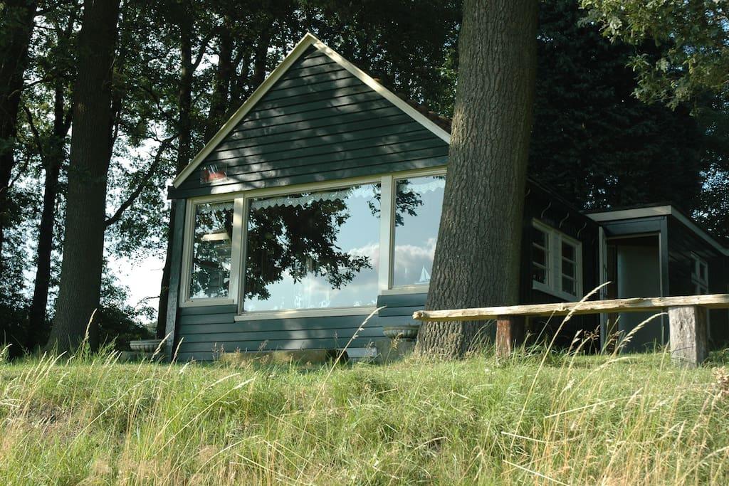 Zomerhuisje aan de buurserbeek houten huisje te huur in for Huisje te koop