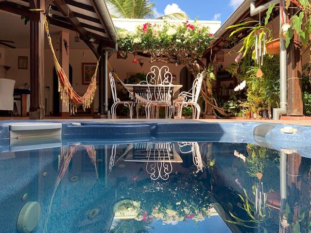 Superbe patio, calme, standing, spa, plage à 2 pas