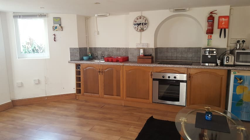 LONDON zone 2  spacious flat ideal for couples