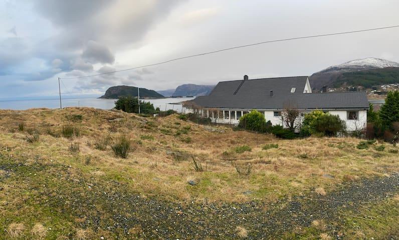 Stor leilighet tett på havet