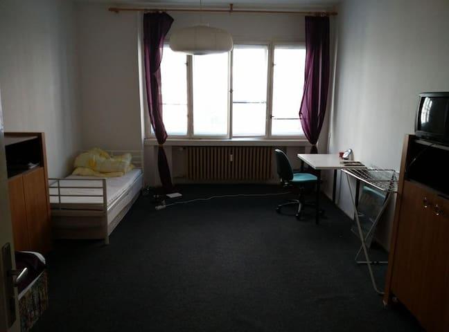 salonun diğer tarafında da şekilde görüldüğü üzere 2. yatak görülmektedir