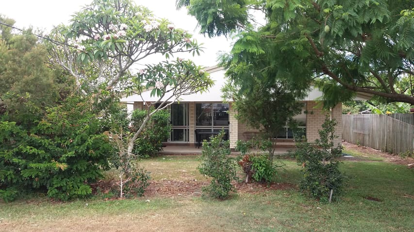 Private 3 Bedroom Home Central Caloundra - Caloundra - Casa
