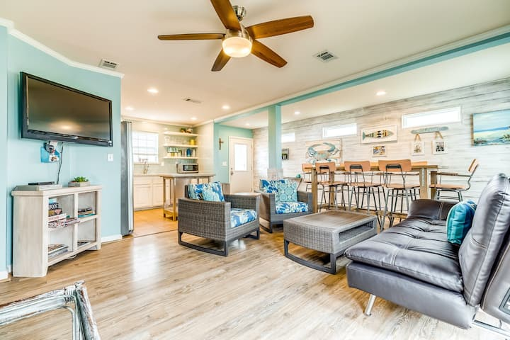 Bright & beautiful home with large deck & firepit near the ocean - dogs OK!