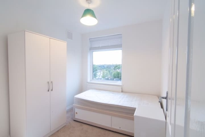 Bright Single Room in Semi Detached House