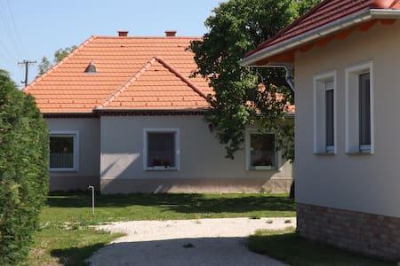 Two-bedroom apartment near Győr (70 m2) - Nagybajcs - Дом