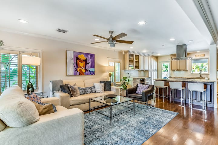 Trendy dog-friendly family home w/ gas grill, outdoor shower, and private pool!