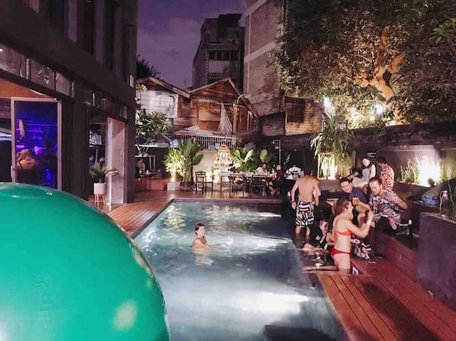 BED STATION Hostel Khaosan: POOL, GYM and BAR!!