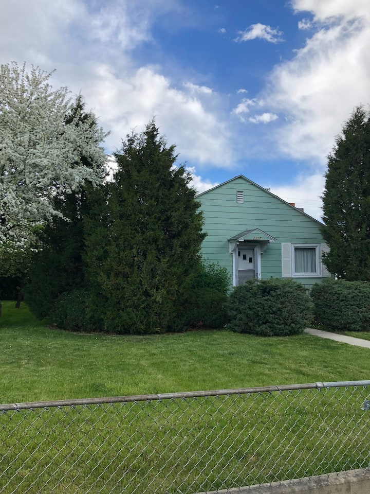 Comfy Bungalow in Beautiful Butte! Entire house!