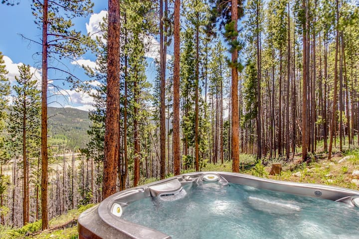 Spacious mountain lodge w/ epic views, private hot tub - close to slopes!