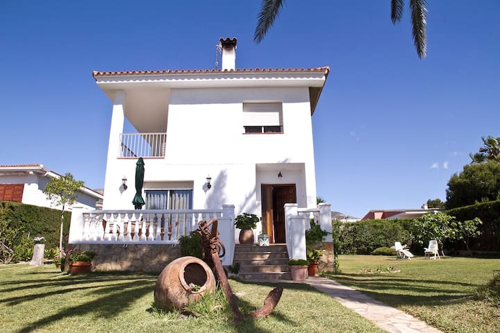 Villa with garden and BBQ. 8 people - Sant Carles de la Ràpita - House