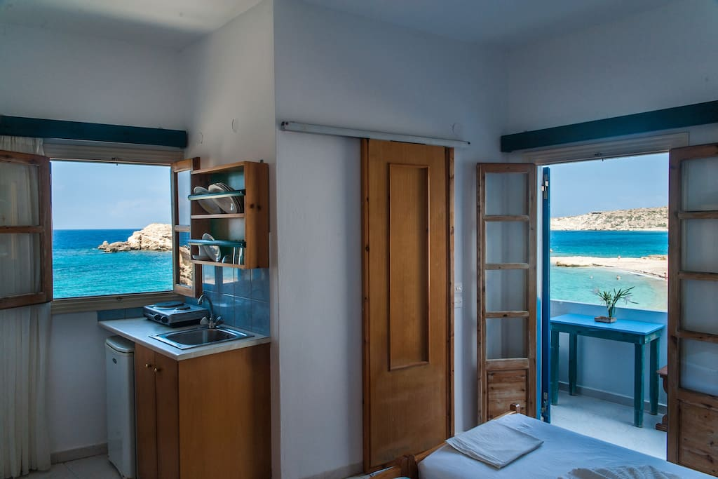 The kitchen and the bedroom with a sea view