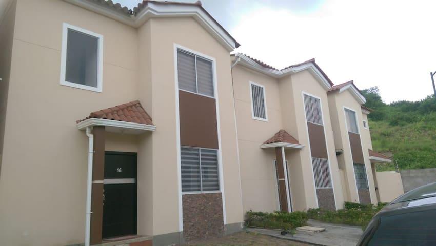 Casa de 2 plantas en Urbanizacion privada