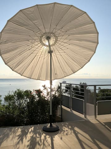 Immense terrasse face à la mer Tyrrhénienne ,35 m2  Une merveille de situation pour prendre le petit déjeuner face au soleil levant ( le café n'est que meilleur!) ou les autres repas ou se  prélasser sur un  transat. Dépaysement garanti et repos total