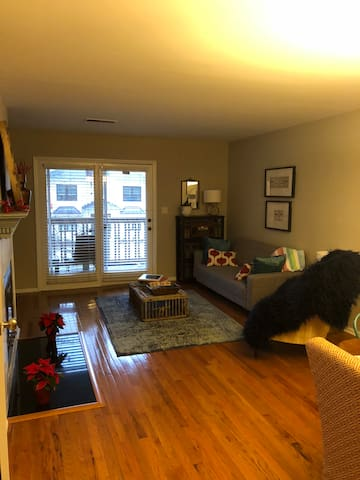 ★Sunny Walkable 1BR 2BA ★ Close to Uptown★2 Patios