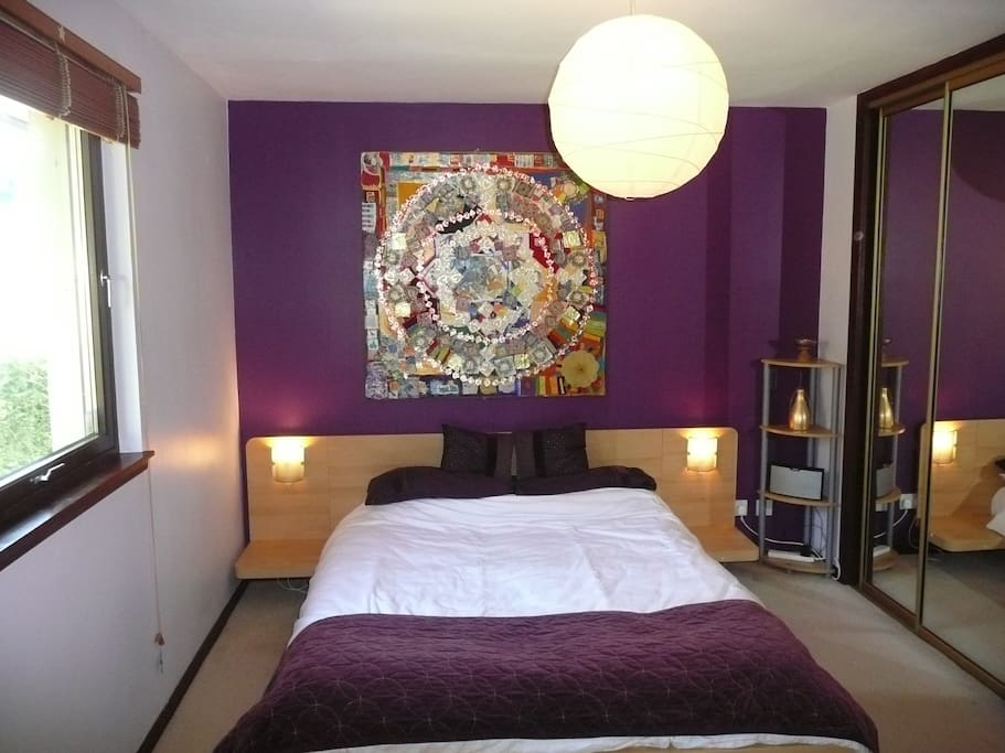 Quiet Double Room en-suite with comfy King Size bed.