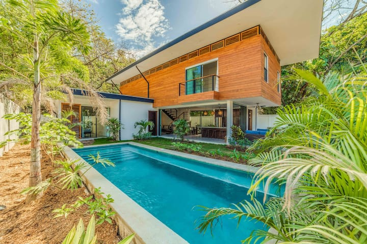 Luxe Modern fam. home w/pool close to beach & surf