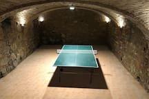 Tischtennis im ausgebauten Gewölbekeller