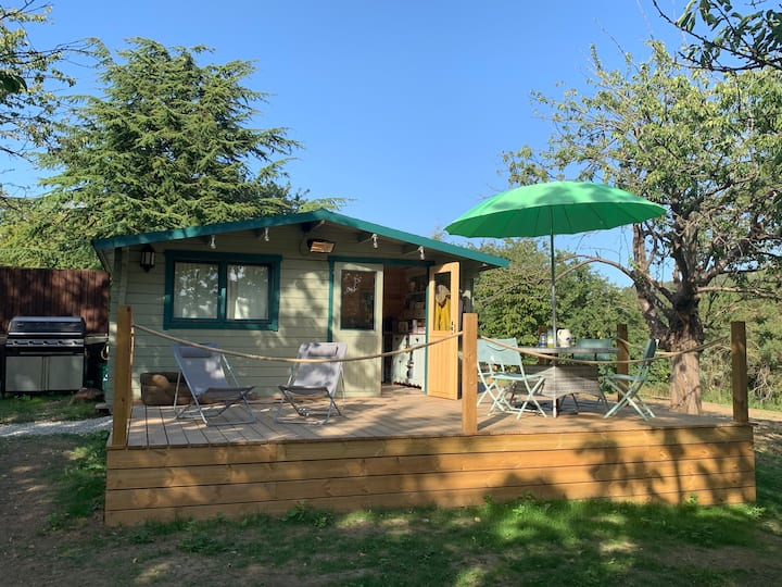 Beautiful secluded log cabin - in Kent orchard.