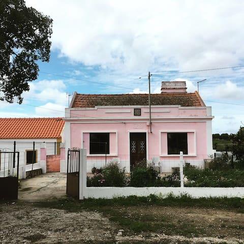 Roze huisje in Santa Margarida