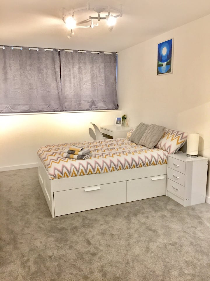 New Modern 2 bed flat with parking and wifi