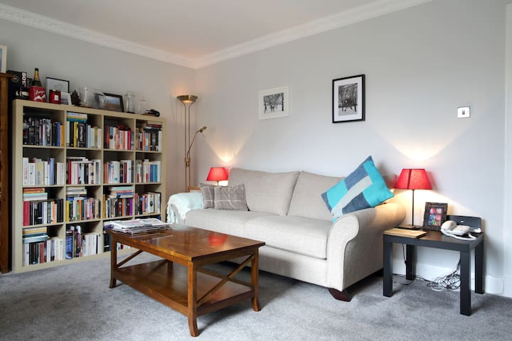 A homely apartment in quiet Corstorphine village - Edimburg