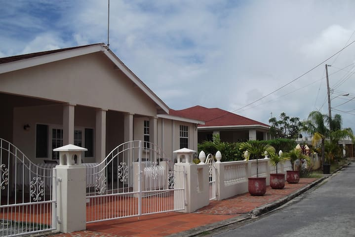 222 Comfy House - Speightstown - Bungalov