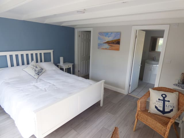 *Rubys Retreat* cosy cabin, walk to beach, parking