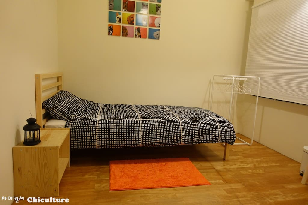 Room with single bed2