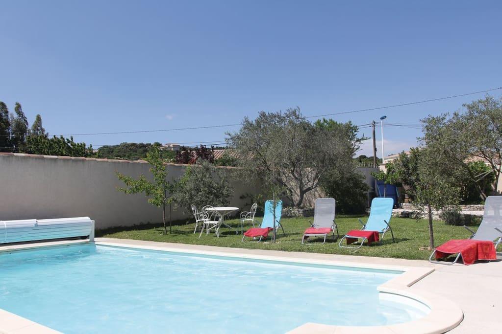 Autour de la piscine, transats, tables de jardin, ping-pong