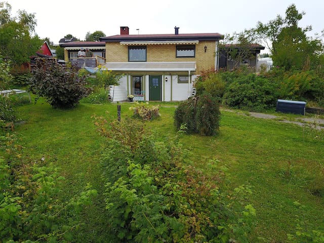 Underetasje i frittliggende hus med hage.