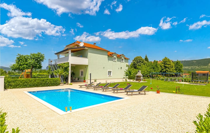 Beautiful home in Donji Prolozac with Outdoor swimming pool and 5 Bedrooms