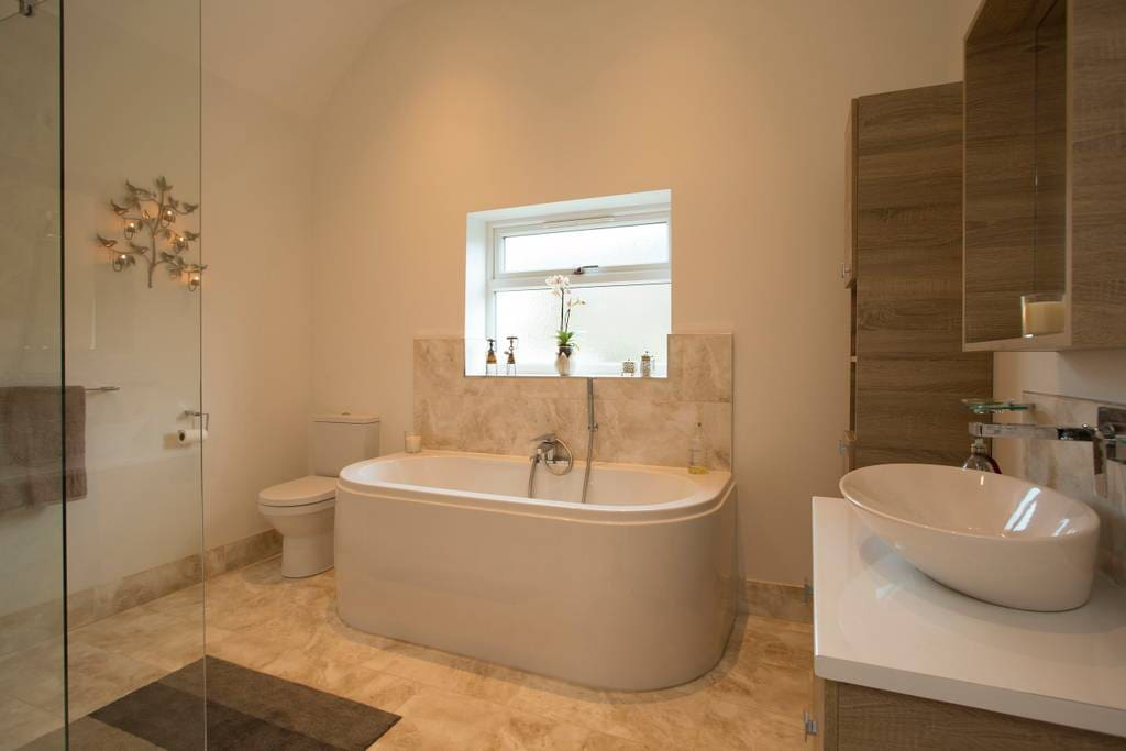 Relax in the huge round bath - bubbles provided!
