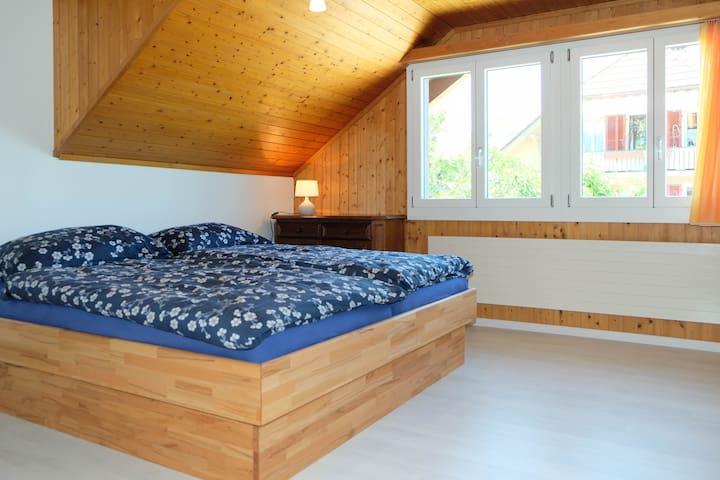 Schlafzimmer 1 mit Doppelbett (zwei Matratzen)