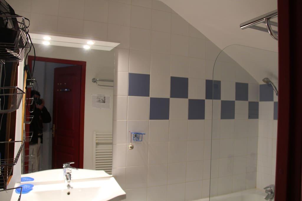 La salle de bain du haut (avec baignoire)