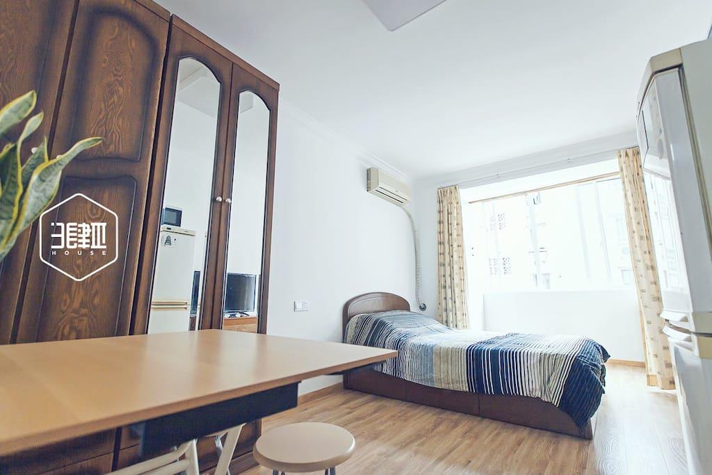 大房间,1.35米的双人床。