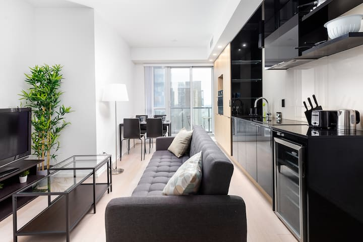 ⚡Convenient Condo in the Core⚡Walk to Dundas Sq