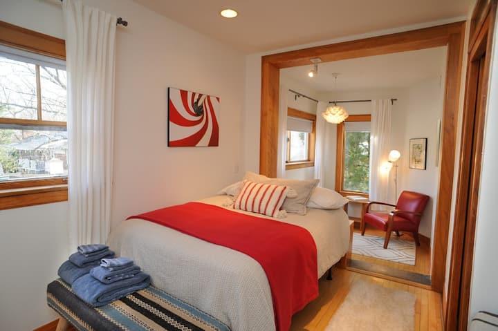 Comfy suite w/natural light. Evanston, IL
